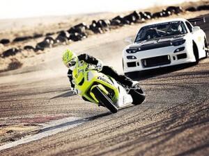 Drift moto contre auto