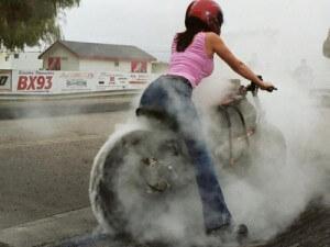 Les filles bimbo aiment la moto