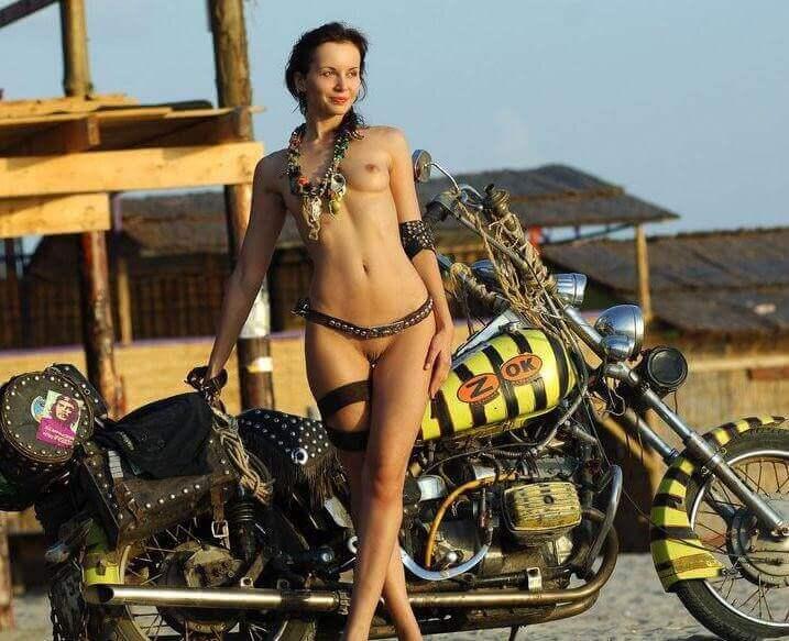 фото голые тёлки с мотоциклами