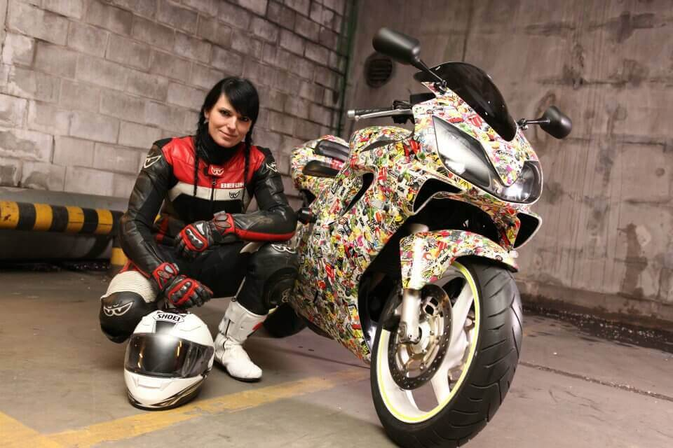 femme moto intégralement cuir sexy